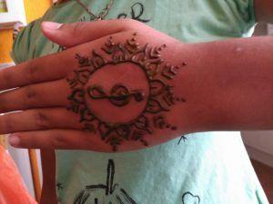 Tatuaje de henna mano