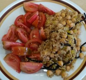 Receta ensalada de garbanzos con quinoa, tomate y algas